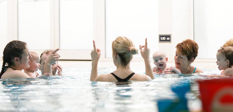 baby-peuter-zwemmen